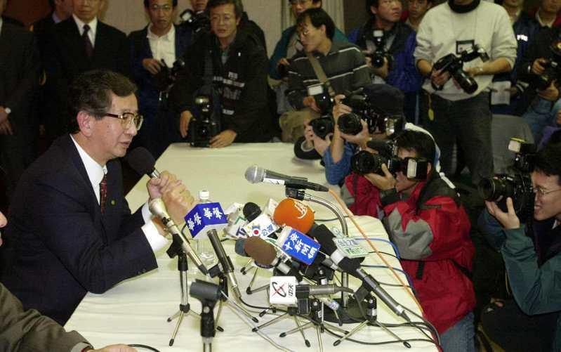 中研院院長李遠哲舉行記者會說明將辭去院長職務,吸引眾多媒體採訪。圖/聯合報系資料照片