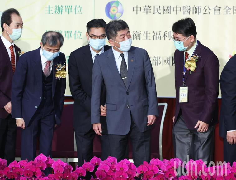 衛福部長陳時中(右二)今天出席台北國際中醫藥學術論壇活動,肯定中醫師對防範新冠肺...