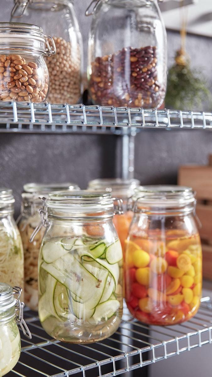 玻璃製KORKEN附蓋萬用罐適合存放乾貨、香料與醃漬品。圖/IKEA提供