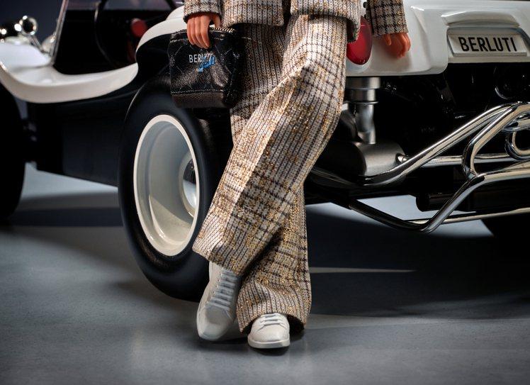 肯尼身穿威爾斯親王格紋雙排釦西服,搭配Stellar休閒鞋。圖/Berluti提...
