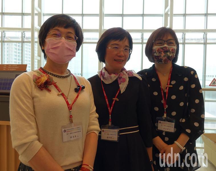 部桃護理部主任陳素里(左)和兩位護理師今天到高雄參加中華民國護理師護士公會全國聯...