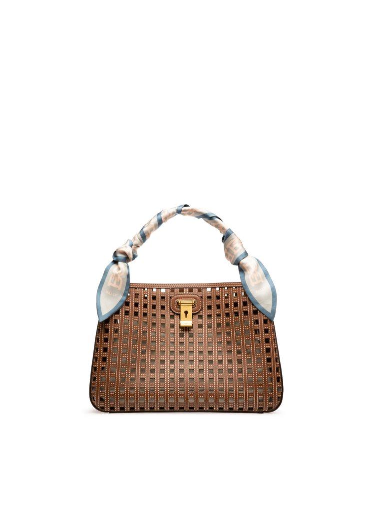 Lock Me棕色鏤空牛皮肩背包,61,600元。圖/BALLY提供