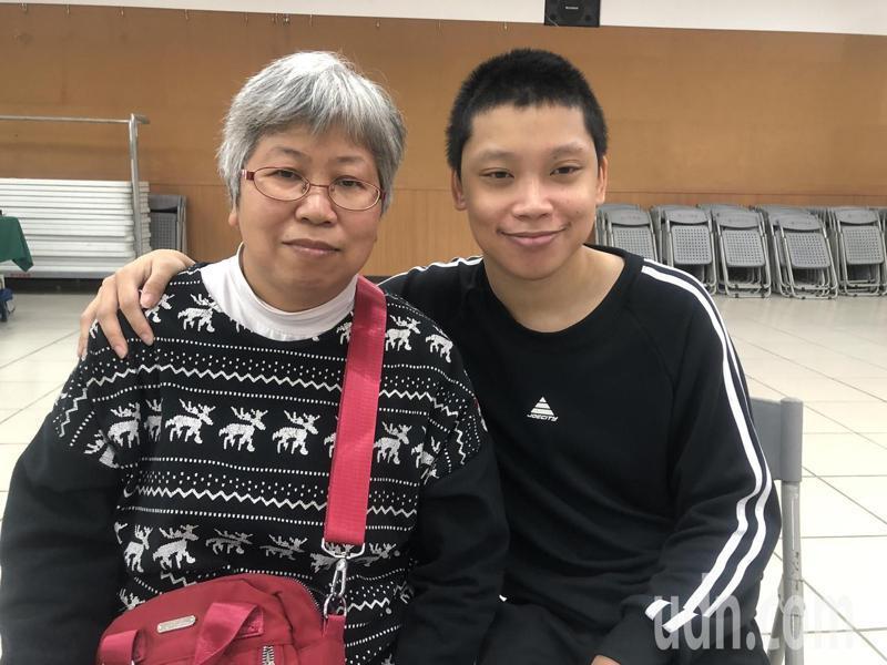 張亦辰(右)今年將從體大畢業,母親邱淑瑞(左)總教育他「跌倒了,就自己站起來」,讓張培養出驚人毅力。記者曾健祐/攝影