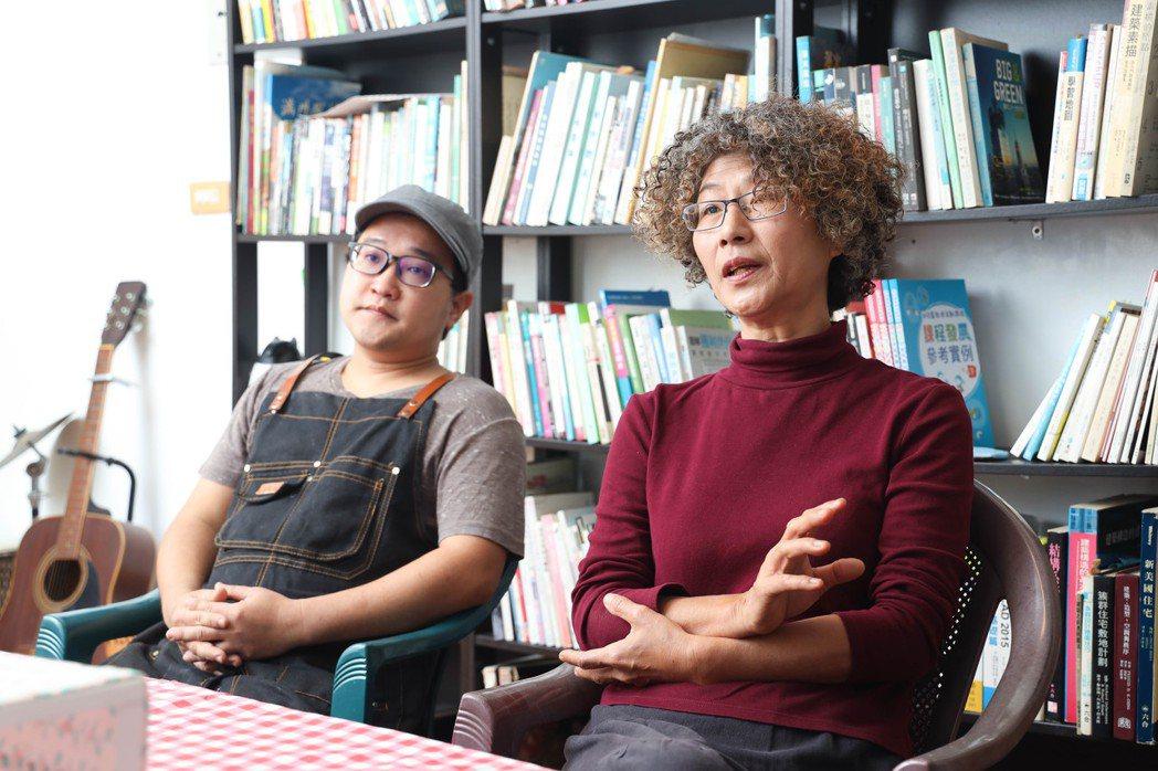 屏南社區大學副校長黃蘭卿(右)一路陪著潘品言開發紅龍果麵,也是協助地方小農記者。...
