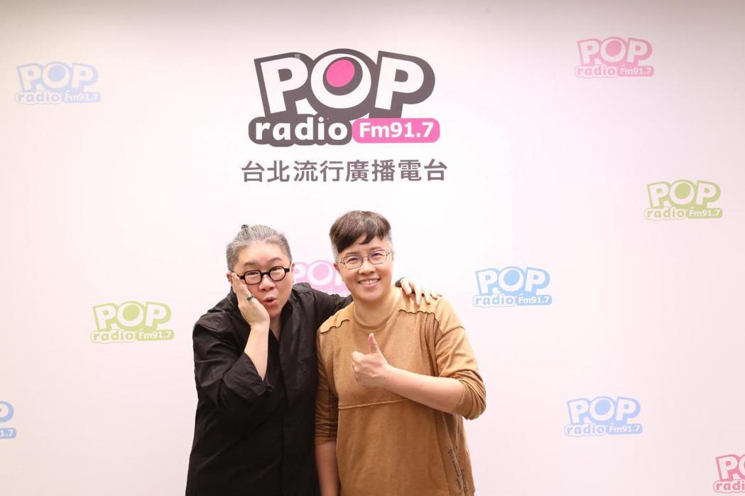 知名音樂人黃婷(右)與「幕前幕後偷偷看」主持人toto分享許多歌曲的幕後故事。圖