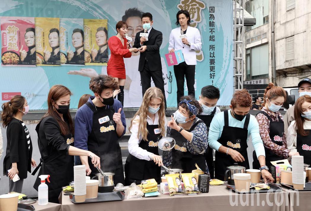 徐乃麟拌麵品牌上市記者會邀藝人網紅站台煮麵推薦。記者林俊良/攝影