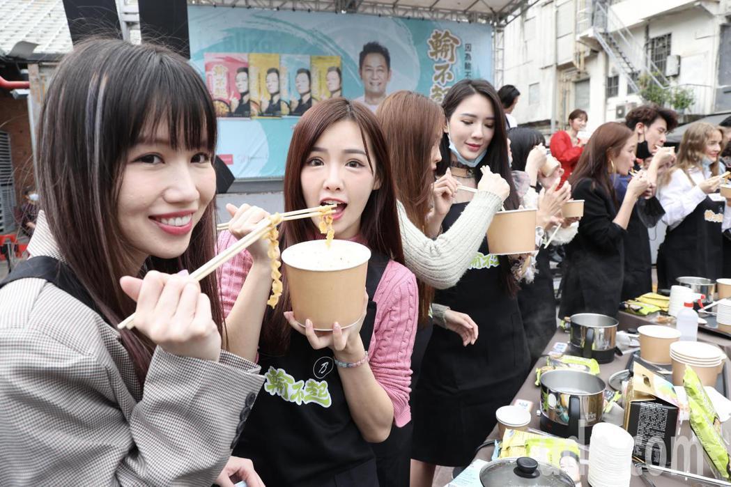 徐乃麟拌麵品牌上市記者會,邀藝人、網紅站台煮麵試吃推薦。記者林俊良/攝影