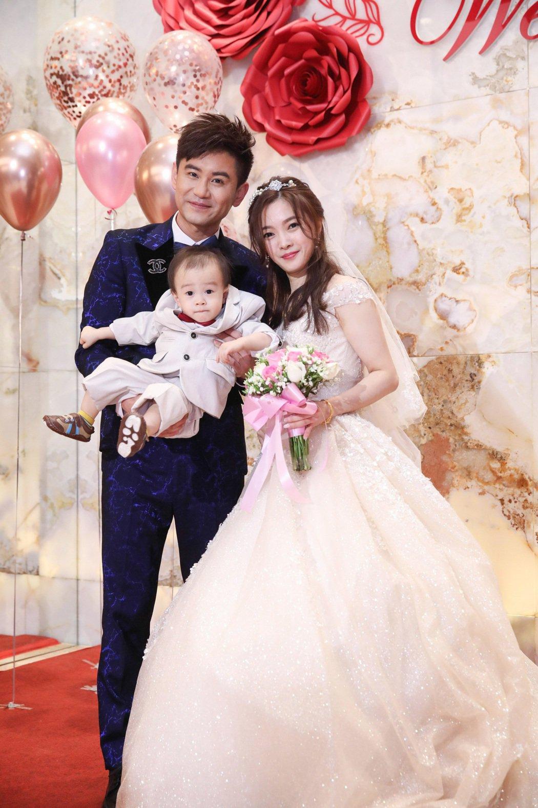 吳俊宏和老婆蘇惠萍補辦婚宴,開心抱著兒子「皮皮」。圖/豪記唱片提供