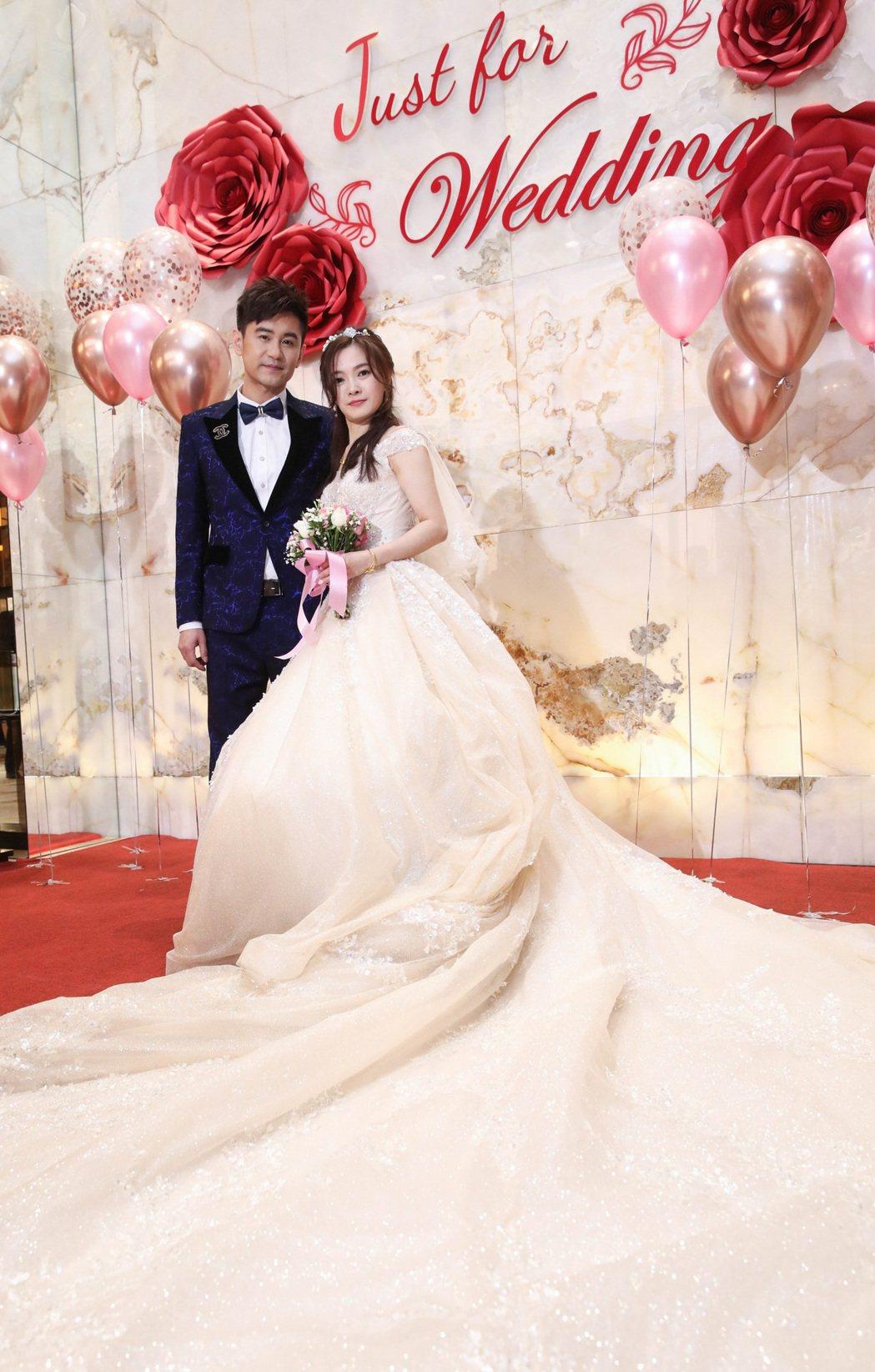 吳俊宏(左)和學姐老婆蘇惠萍在2019年登記結婚,今日補辦婚宴。圖/豪記唱片提供