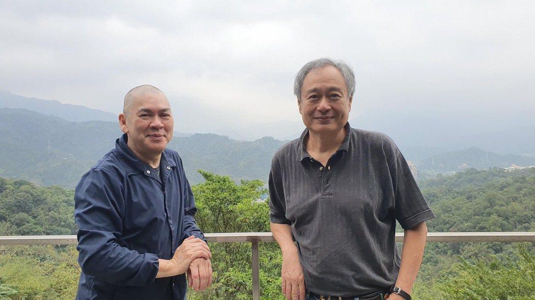 李安(右)上山探訪蔡明亮導演(左),大聊電影創作。圖/摘自李康生臉書