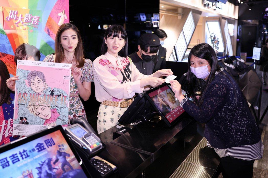 謝沛恩(左1)、郭雪芙(左2)為新片「揭大歡喜」出席一日店長活動。記者沈昱嘉攝