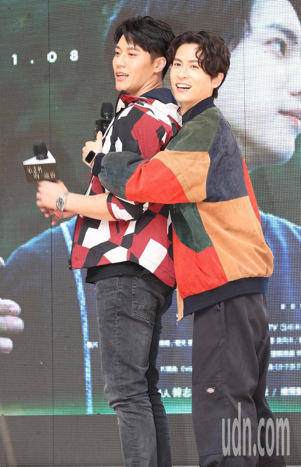 「第二名的逆襲」影集主要演員石知田(右)與張睿家(左)與粉絲見面。記者潘俊宏/攝...