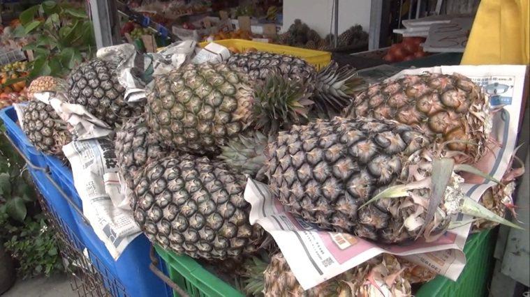 全民吃鳳梨,花蓮門諾腸胃科醫師戎伯岩說,鳳梨是好東西,但也要適量食用。記者王燕華...
