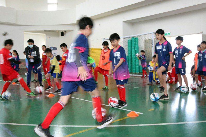 公益列車足球體驗營前往首站澎湖。圖/迷你足球協會提供