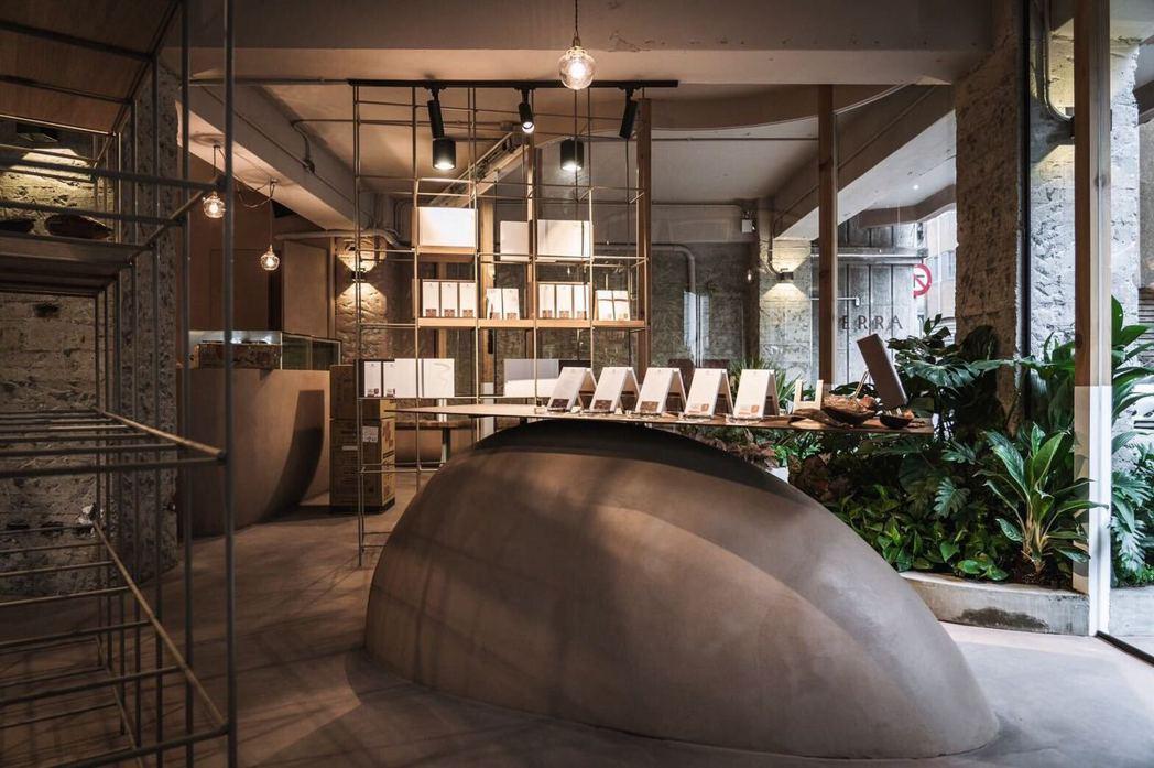以可可豆形體為設計的吧台,陳列9大產區巧克力。 圖/TERRA提供