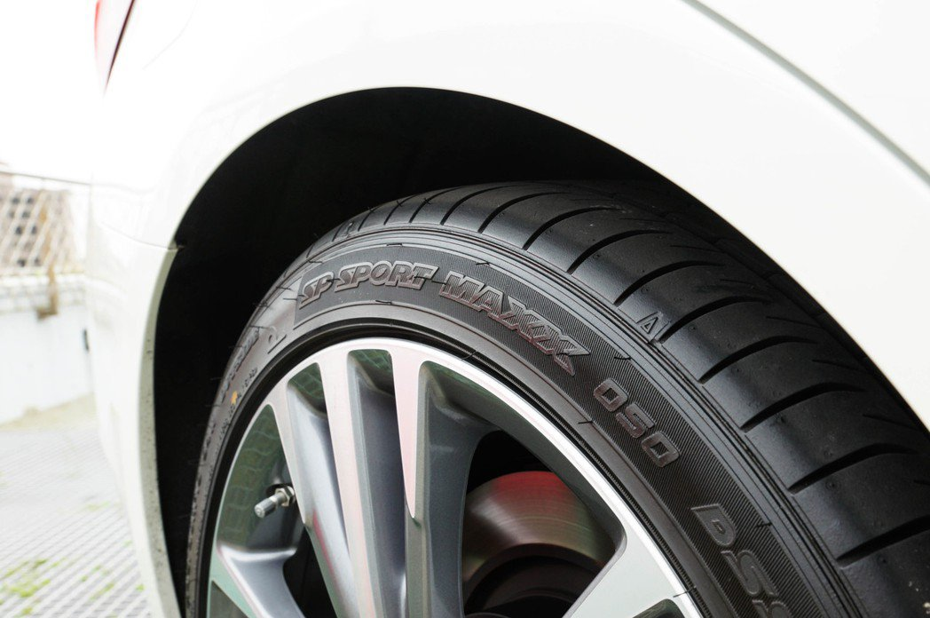 Dunlop sp sport maxx 050失壓續跑胎操控也在水準之上,且更...