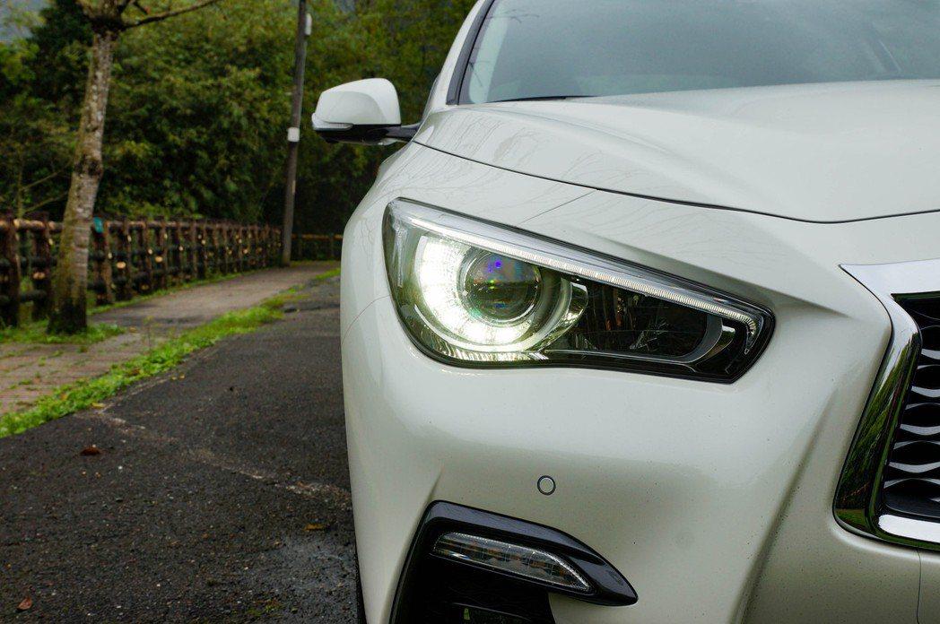 狩獵者智慧型LED頭燈附AFS自動遠近光切換。 記者趙駿宏/攝影