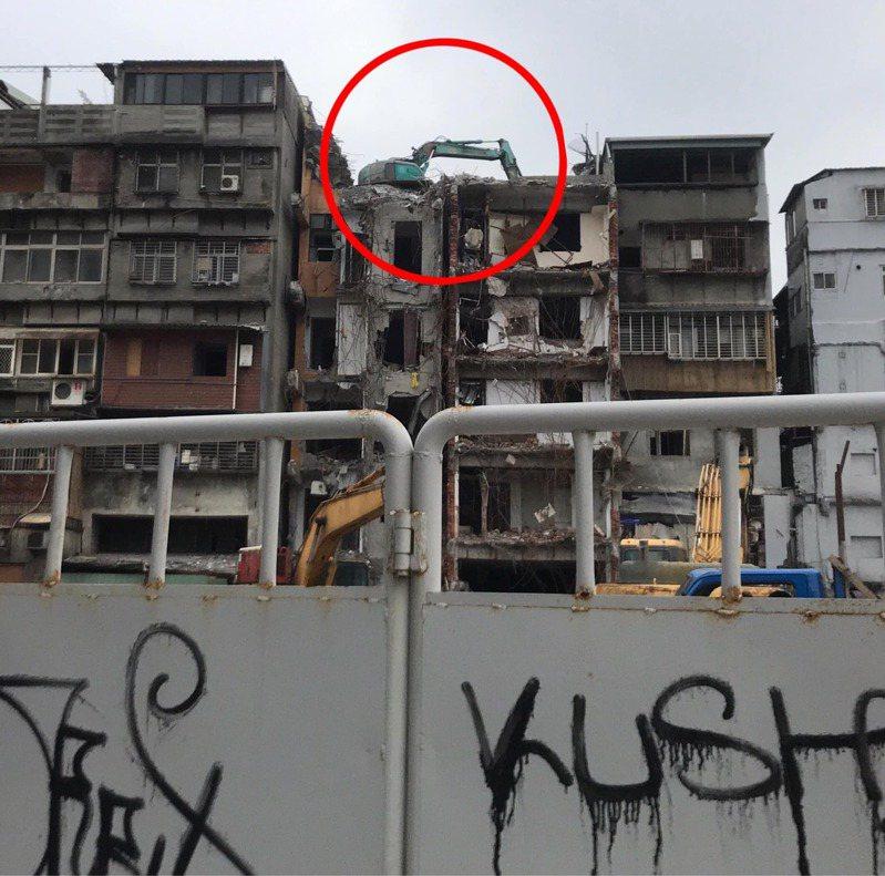 有網友驚見一輛怪手停在頂樓,不解到底是如何上去的?圖/翻攝自爆廢1公社
