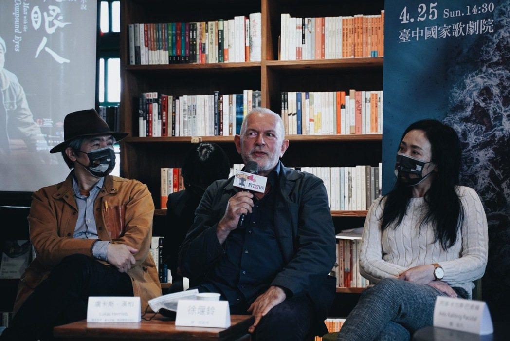 盧卡斯(中)在製作台灣歌劇《黑鬚馬偕》時,與王孟超(左)、邱瑗結緣。 圖/沈佩臻...