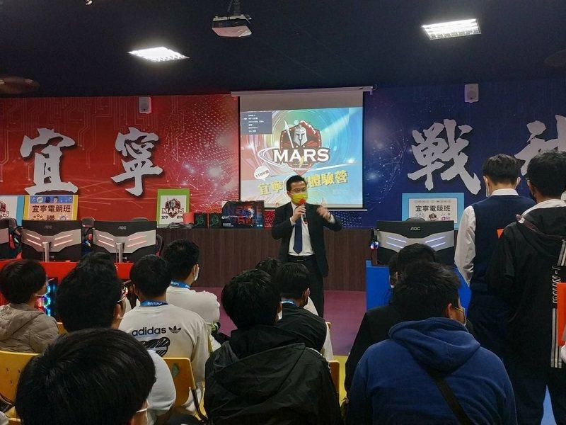 宜寧高中校長何財源說明宜寧高中提供學子最需要的社會需求技能。 宜寧高中/提供
