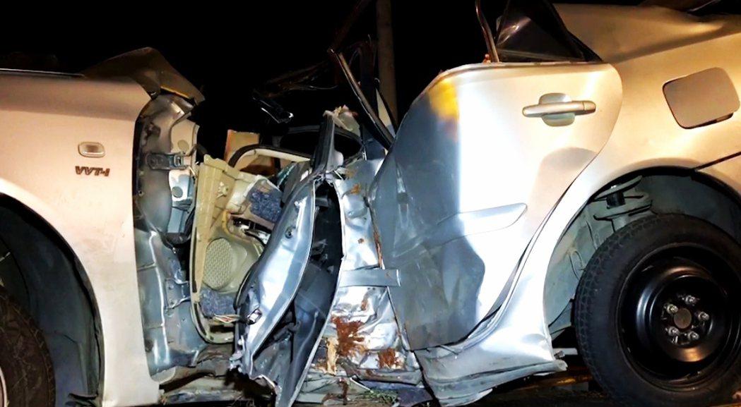 台南下營發生轎車失控自撞路樹,車體扭曲變形,駕駛受困當場身亡。圖 /讀者提供