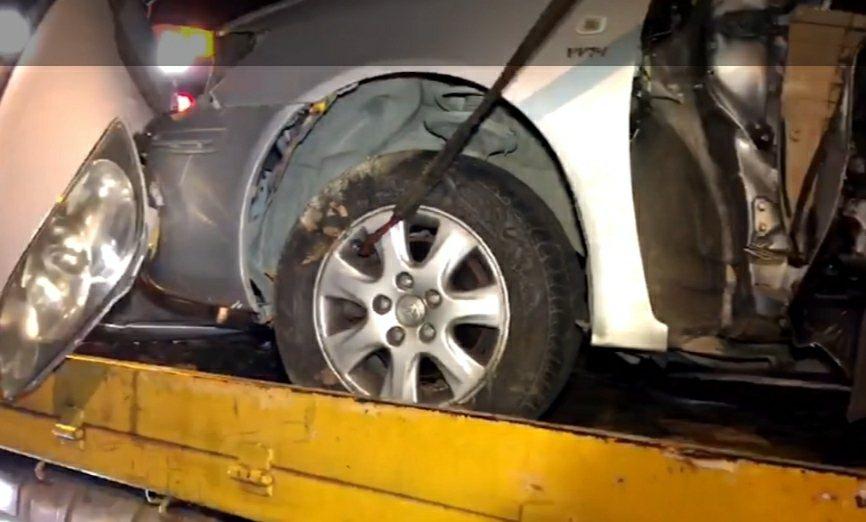 台南下營發生轎車失控自撞路樹,車體扭曲變形,駕駛受困當場身亡。圖/讀者提供