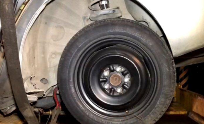 警方初步調查,肇事轎車左後輪使用備胎,規格較原廠明顯小一號,是否是釀災主因,將深...