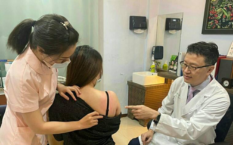 阮綜合皮膚科醫師劉昭宏表示,患者對衣物質料過敏加上大量流汗導致的「濕疹」,在皮膚...
