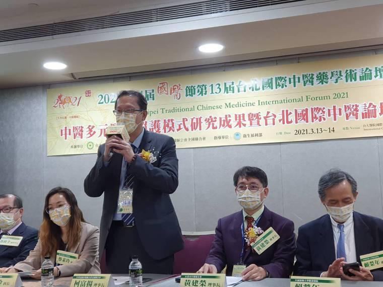 中醫師公會理事長柯冨揚則說,從稽查結果顯示個案,「還了中醫清白」。記者楊雅棠/攝...
