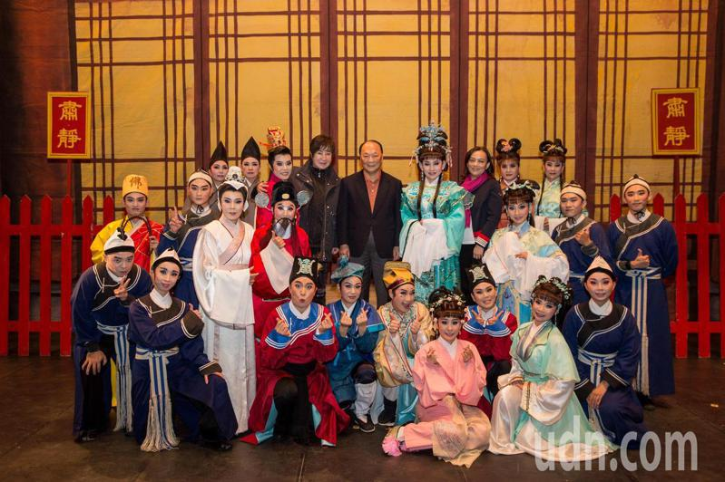蘭陽戲劇團年度新戲《琉璃閣》昨晚在首演,許久未露臉的歌仔戲天王小生葉青也到場支持,演出結束特別到後台給團員們加油打氣。圖/劇團提供