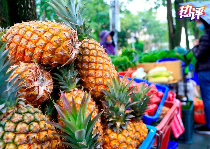 大陸官媒央視熱評稱,前有鳳梨後有香蕉,台灣水果被拒絕非「個案」。(央視網)