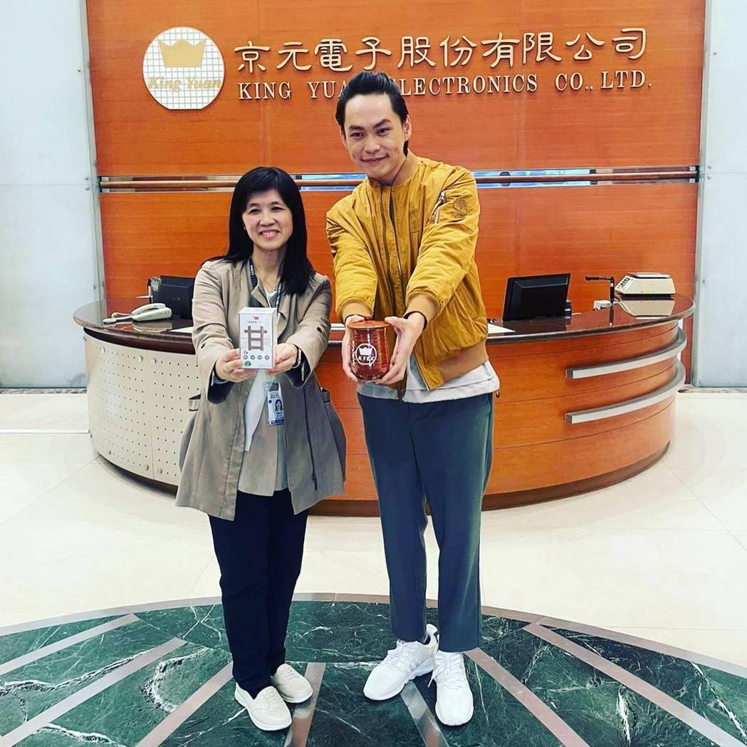 黃鐙輝(右)日前回到前東家京元電子。圖/摘自臉書