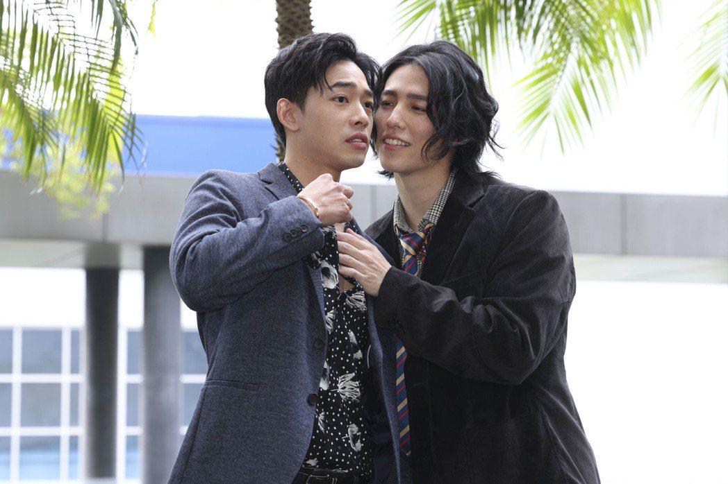 鄭暐達(左)在「戀愛是科學」中被林禹「掰彎」。記者王聰賢/攝影
