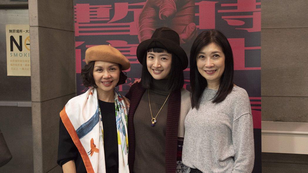 林依晨(中)觀賞由黃嘉千(右)與于子育主演的舞台劇「暫時停止青春」。圖/故事工廠