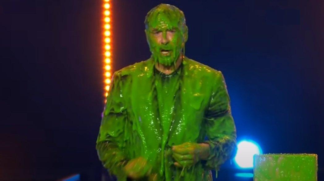 小勞勃道尼被噴得滿身綠汁,這是兒童民選獎對於大獎得主的「傳統」。圖/摘自YouT