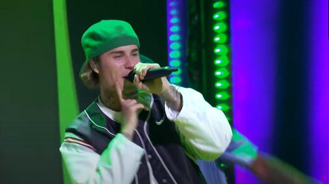 小賈斯汀獲兒童民選獎「最受歡迎男歌手」,現場勁歌熱舞。圖/摘自YouTube