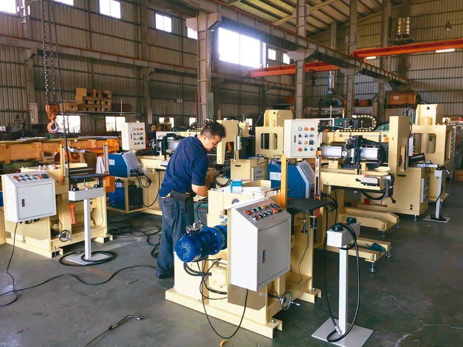 威搌將焊接機結合機械手臂,提供業界自動化整合的需求方案。黃奇鐘/攝影