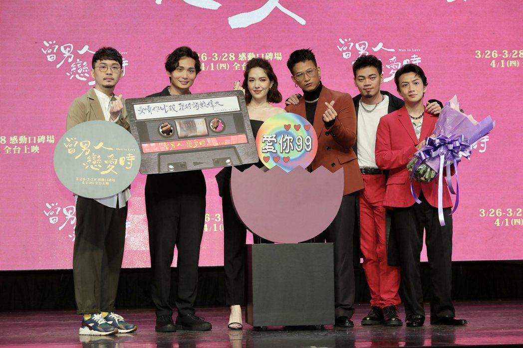 程偉豪(左起)、殷振豪、許瑋甯與「茄子蛋」阿斌、阿任、阿德一起為「當男人戀愛時」...