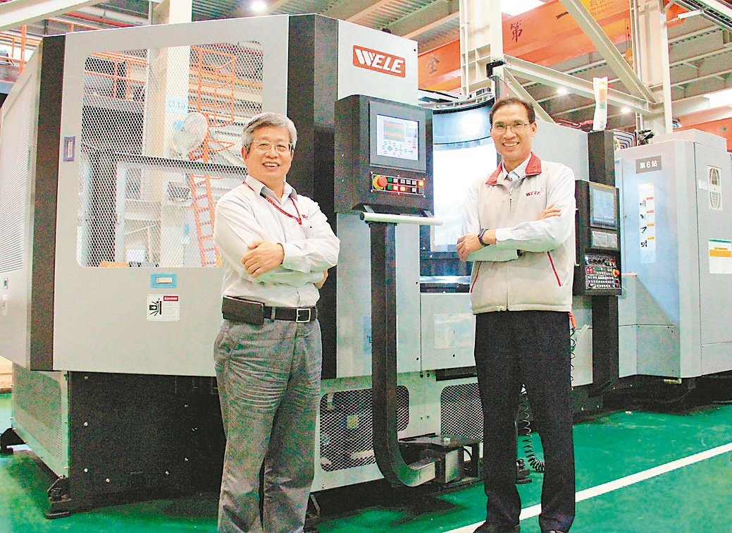 崴立機電總經理蘇錦添(左)與協理徐源相,對新推出的HMC500臥式加工機+彈性製...