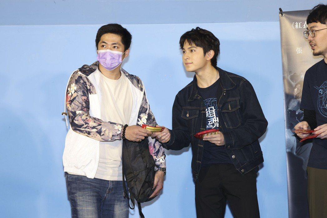 林暉閔(中)與程偉豪(右)前進影城發紅包,答謝觀眾對「緝魂」的喜愛。記者王聰賢/...