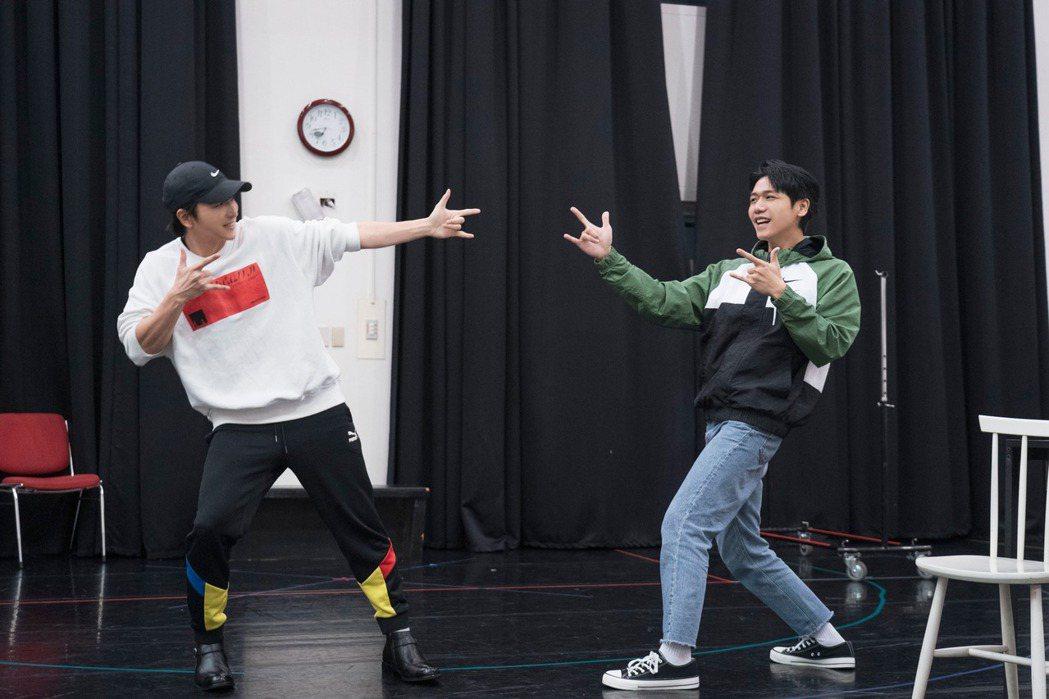蔡旻佑(右)、楊奇煜為「生命中最美好的5分鐘」排練。圖/果陀劇場提供
