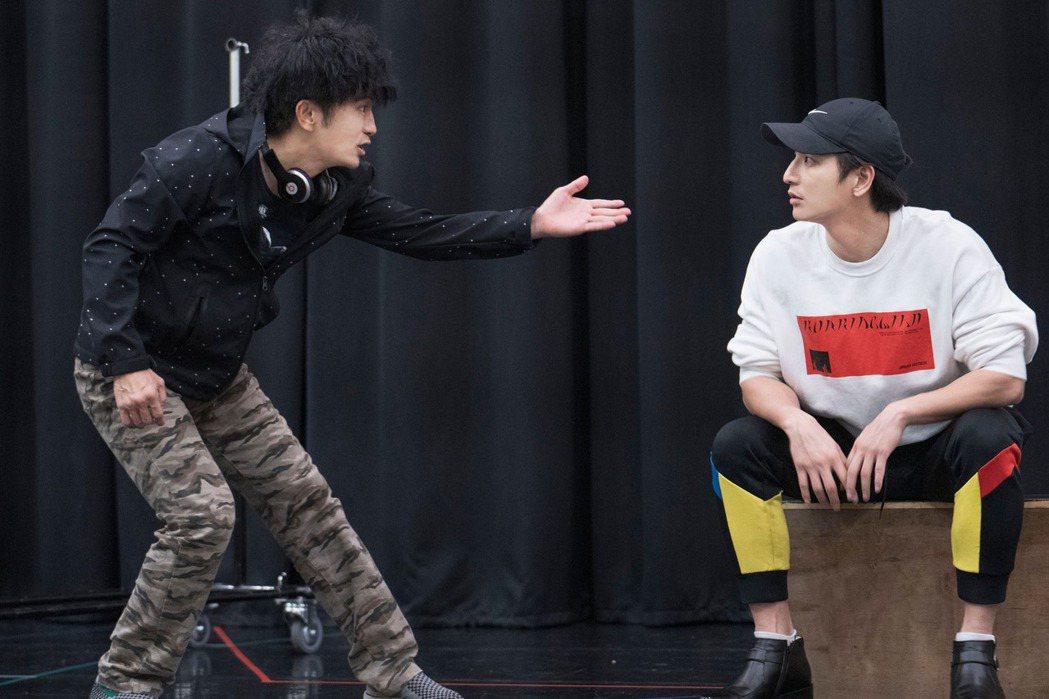 唐從聖(左)、楊奇煜為「生命中最美好的5分鐘」排練。圖/果陀劇場提供