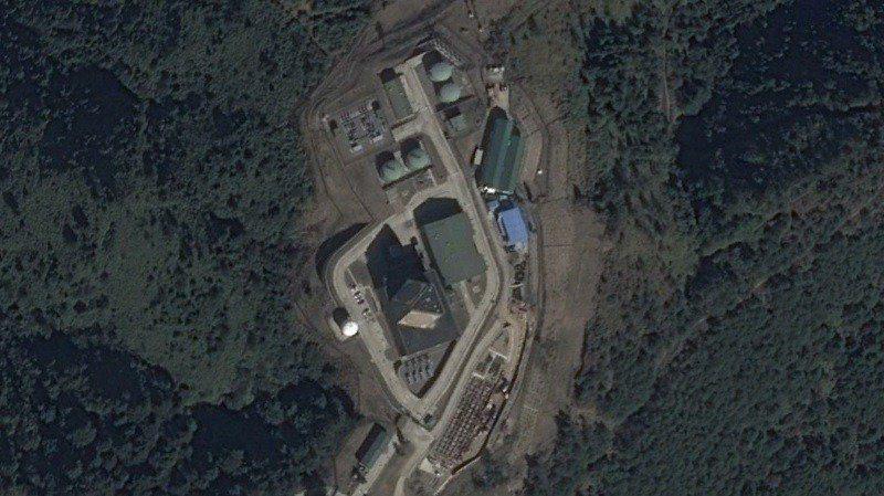 國防部宣示就中共東風17、21、100等新式導彈威脅持續與美軍共同研商防禦對策,以建立共同作戰環境,台美「整體空中及飛彈防禦(Integrated Air and Missile Defence,INAD)」等台美聯合防空交流,須持續執行。圖為美台合作部署的新竹樂山的長程預警雷達。圖/取自Google Earth