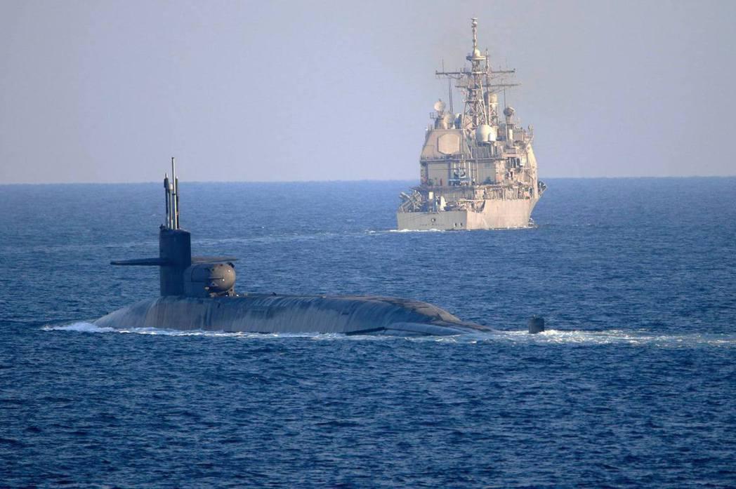 去年12月21日,一艘俄亥俄級彈道飛彈核動力潛艦「喬治亞號」(USS Georgia)穿越中東的荷莫茲海峽,這次公開的照片上,喬治亞號有個明顯的圓柱狀「Dry Deck Shelter」(DDS),用以部署特種作戰部隊。 圖/美國海軍