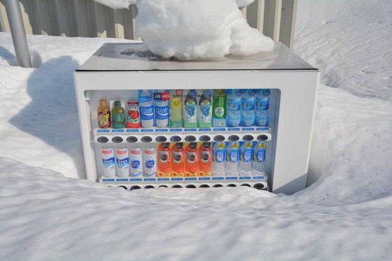 北海道教育大學的一台自動販賣機,在今年冬天遭到2公尺高的積雪埋住,直到近日天氣回暖才終於露面。圖擷取自twitter