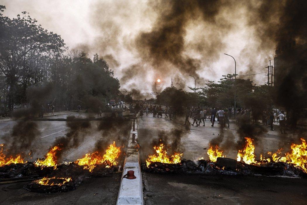 根據《路透社》的報導,在萊雅達工業區傳出失火後,緊急出動的消防車車隊,確實遭到「...