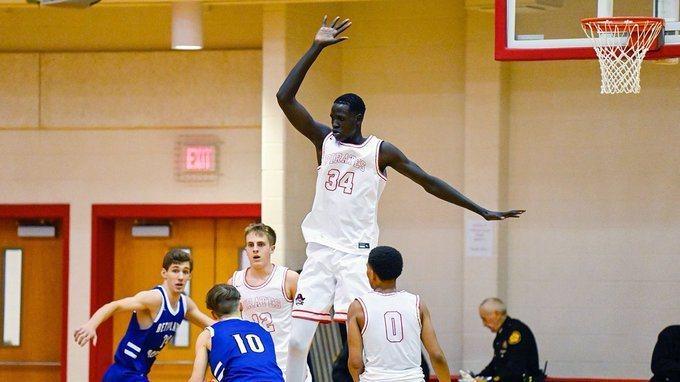 美國肯塔基州貝佛利高中長人奎爾,擁有221公分的身高,他在一場比賽中狂抓了42籃板,令人瞠目結舌。  圖/擷自肯塔基州貝佛利高中推特