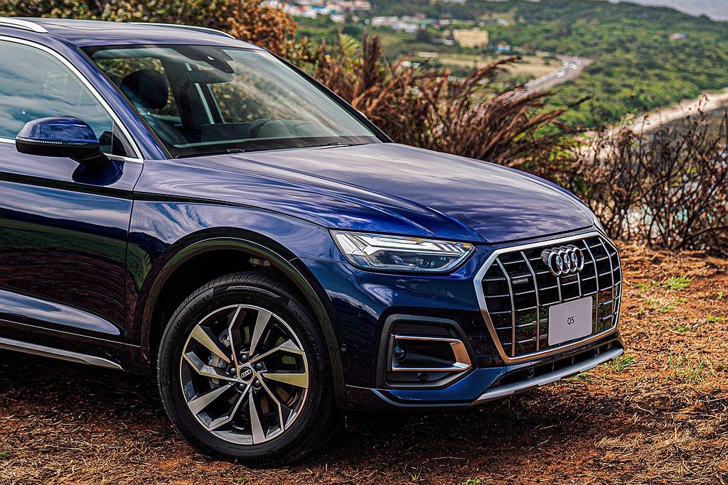 小改款Audi Q5車頭採用寬幅的單體式八角形水箱護罩,搭配新設計Matrix矩...