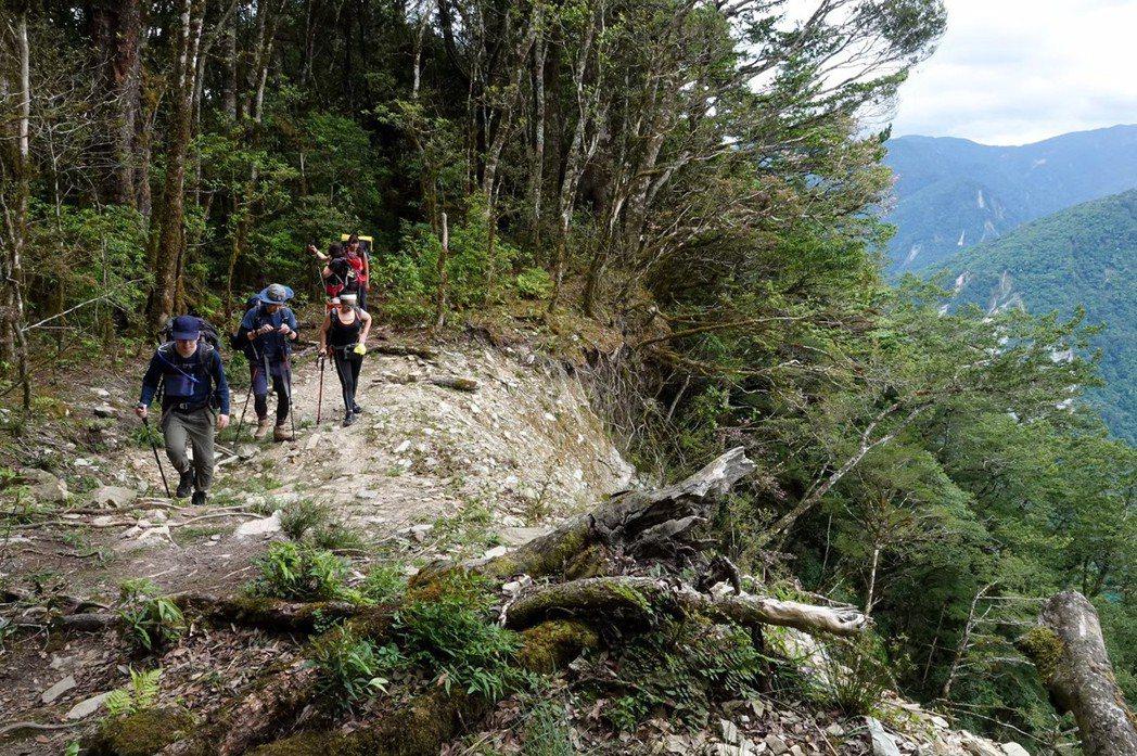台灣山域地形普遍陡峭、地質破碎、山崩好發,適合開發的地點十分有限。 圖/聯合報系資料照