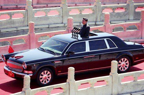 習近平上車示意圖。中國一直致力於控制電動車的心臟——電池供應鏈——靠的就是壟斷原...